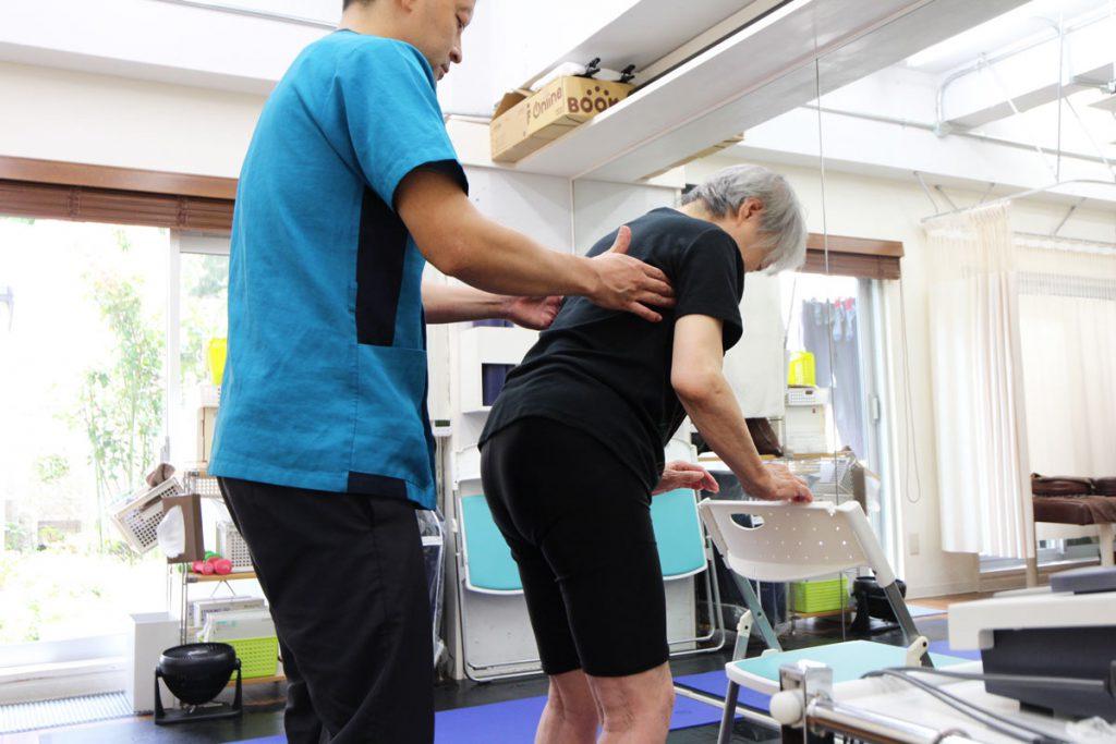 新中野の大木接骨院は前屈を行う運動療法