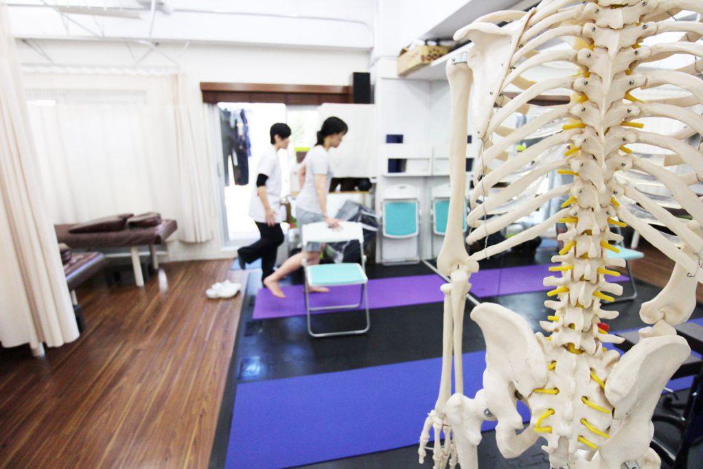 新中野の大木接骨院で運動療法を行なっている女性