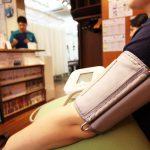 運動療法前に血圧計測で体調確認