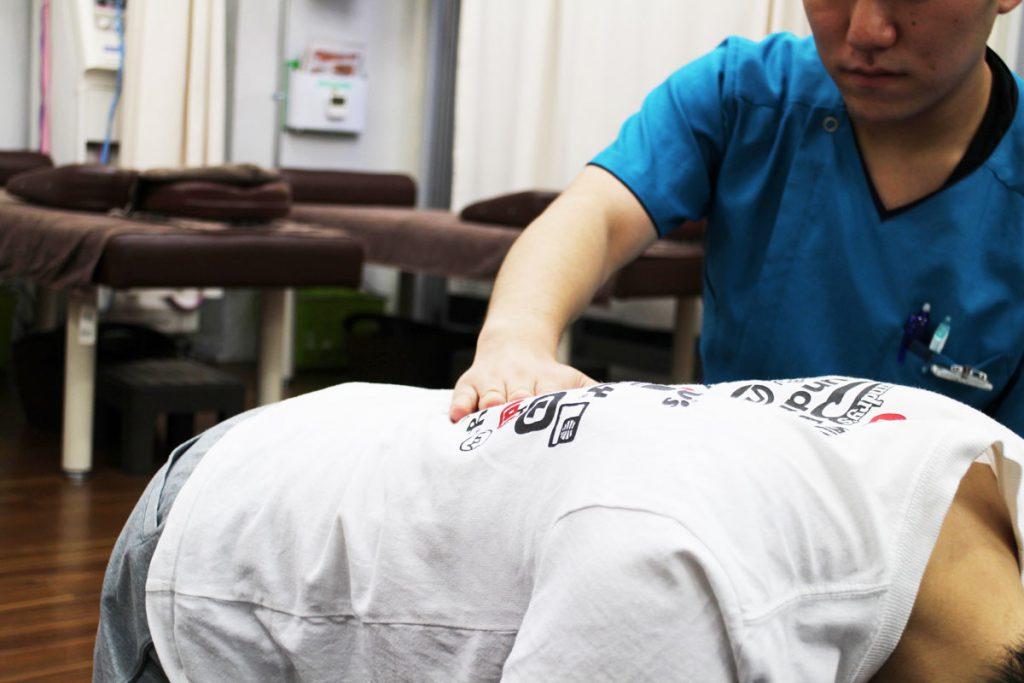 新中野にある大木接骨院での四つ這いでの運動療法