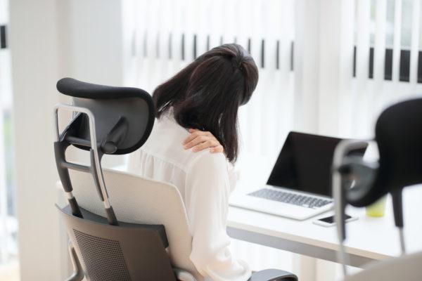 デスクワークで肩を痛めた女性