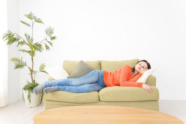 悪い姿勢で眠る女性