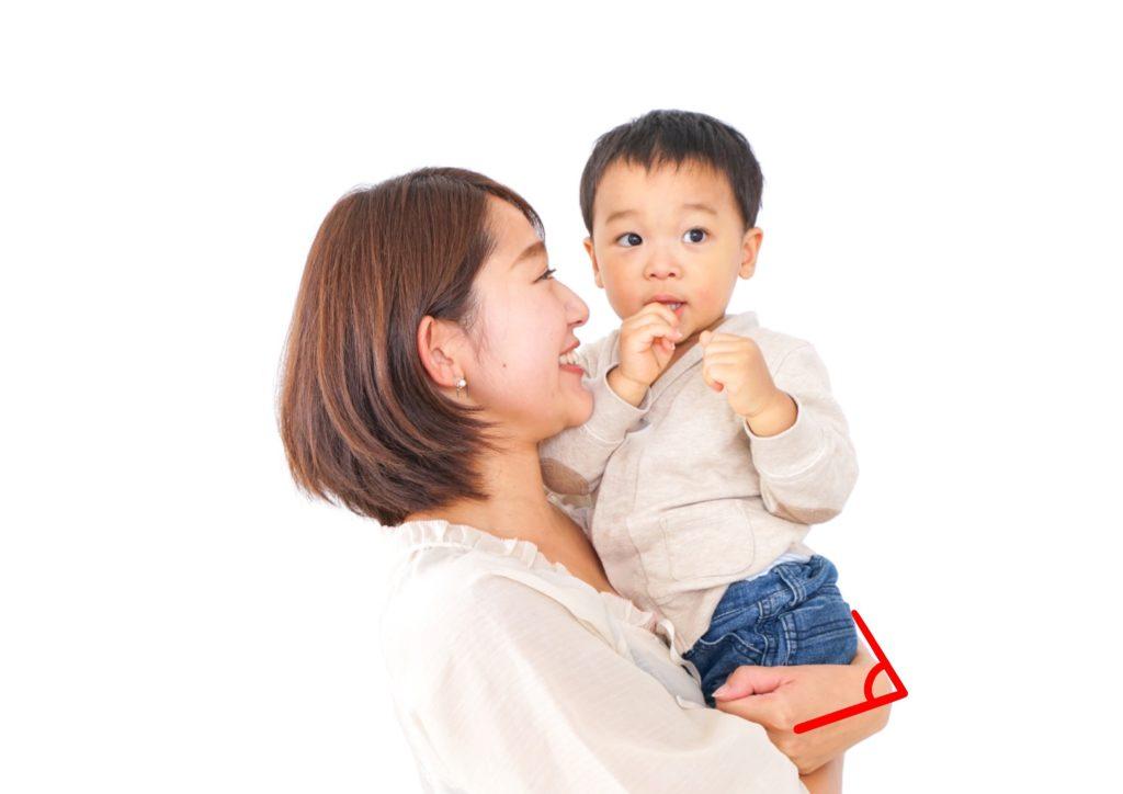新中野大木接骨院のテニス肘の原因で赤ちゃんを抱っこするお母さん