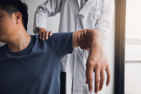 肩を痛めた男性