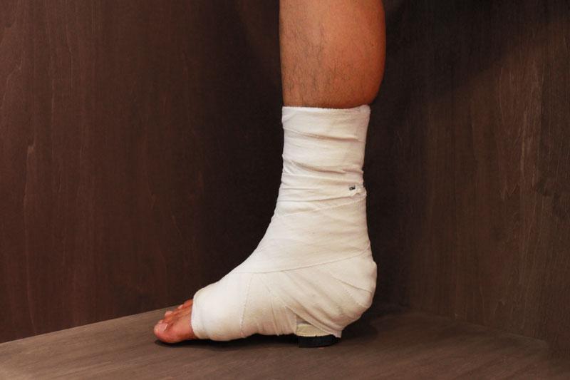 足首の固定角度を直角にする