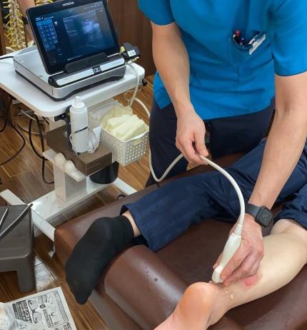 アキレス腱断裂を超音波画像で検査しています
